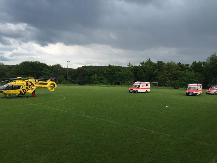 POL-PDKL: Blitz schlägt aus heiterem Himmel auf Sportplatz ein - 33 Menschen wurden ins Krankhaus gebracht - Erste Nachtragsmeldung