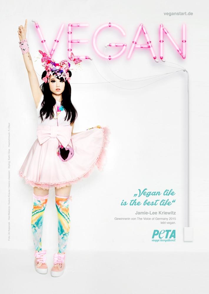 """Neues PETA-Motiv: The Voice of Germany-Gewinnerin Jamie-Lee Kriewitz - """"Vegan life is the best life"""" / Sängerin und """"Manga-Mädchen"""" lebt seit knapp 3 Jahren tierleidfrei"""