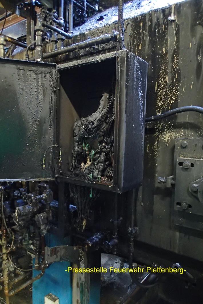 FW-PL: OT- Stadtmitte. Brand an Härteofenanlage griff auf Hallendach über. Feuerwehr hatte Brand schnell unter Kontrolle