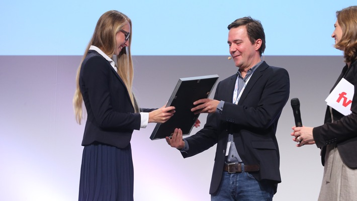 """Tourismus-Nachwuchstalent: Absolventin der Hochschule Fresenius mit dem """"Top unter 30""""-Award ausgezeichnet"""