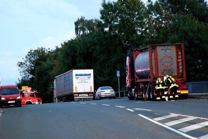FW-E: Geringer Produktaustritt aus abgestelltem Gefahrguttransporter, keine Verletzten