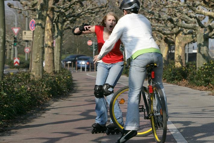 Vorsicht beim Joggen oder Radfahren  / AXA Versicherung rät zu Haftpflicht- und Unfallversicherungsschutz
