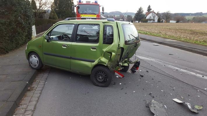 FW Lage: Verkehrsunfall zwischen zwei PKW