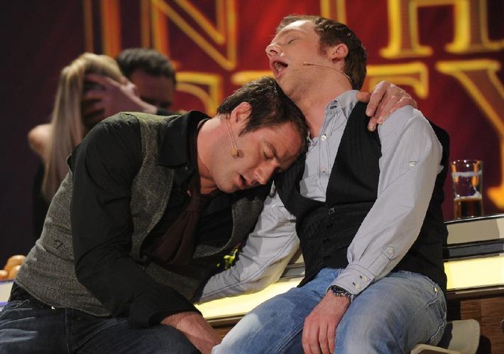 Wirklich waghalsig! Ralf Schmitz trinkt mit Sasha im Duett. Oliver Pocher spielt Bingo im Altersheim
