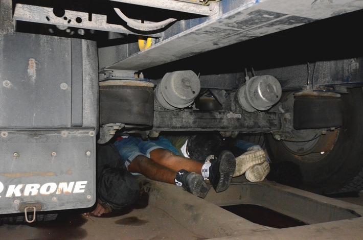 Bundespolizeidirektion München: Feststellungen bei Güterzugkontrollen reißen nicht ab - Zwölf Migranten unter Lkw-Aufliegern versteckt