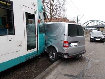 POL-PDNW: Stra�enbahn übersehen - Unfall