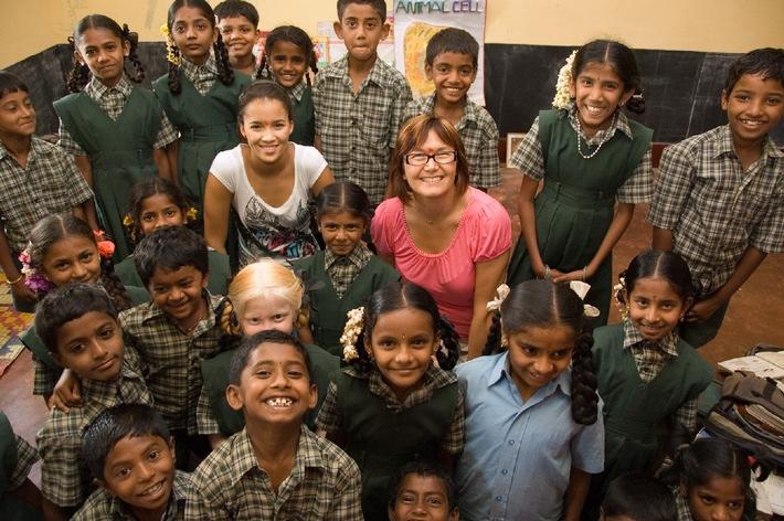 Whitney Toyloy karitativ in Indien unterwegs