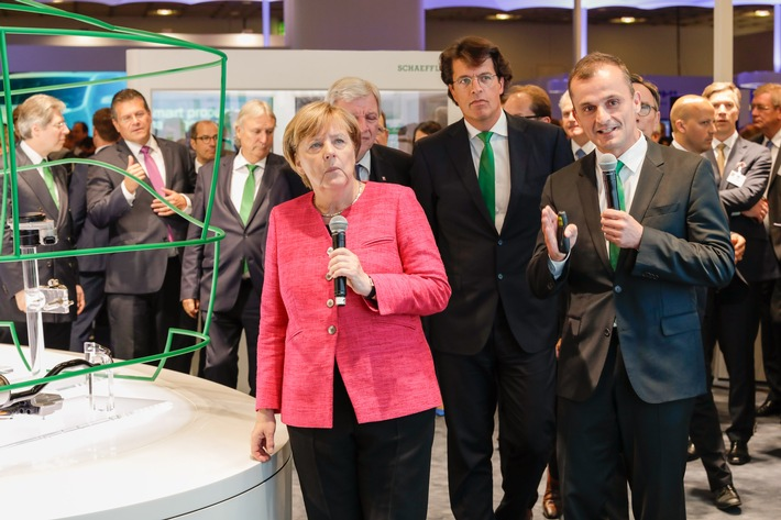 Angela Merkel besucht Schaeffler auf der IAA