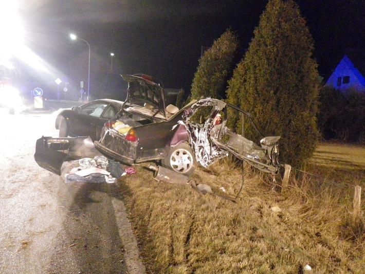 POL-DN: Schwerer Verkehrsunfall auf der L327