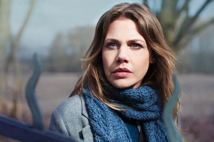 """Felicitas Woll recherchiert im """"Nebelhaus"""" und Tom Beck wird zum Rockstar: Drehstart für zwei neue SAT.1-Movies im März"""