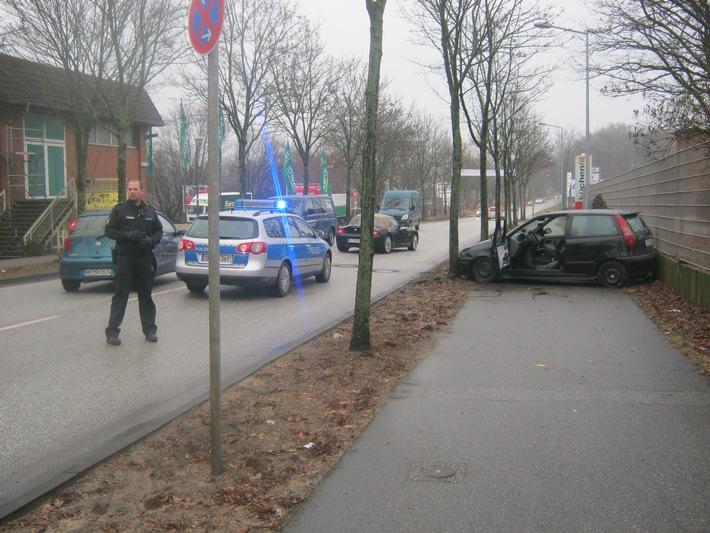 POL-SE: Wedel: Nach wilder Raserei auf der Rissener Straße - Fahrt endet zwischen Mauer und Baum - betrunkener Fahrer wird von Zeugen festgehalten