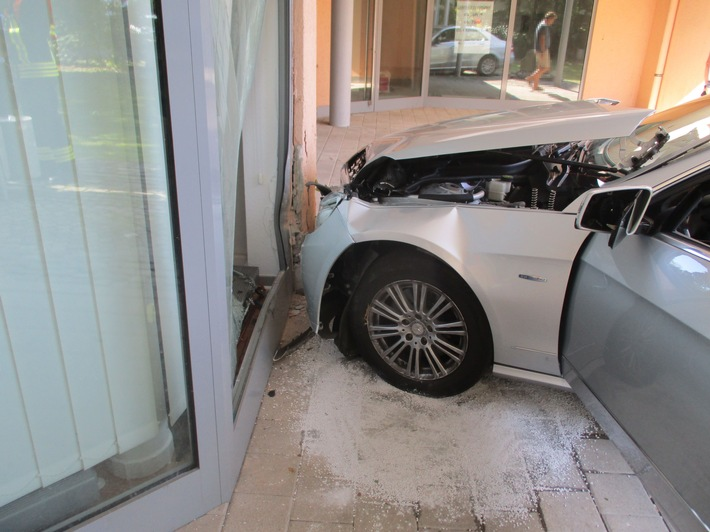 POL-RBK: Overath - Mercedes kracht vor Hauswand