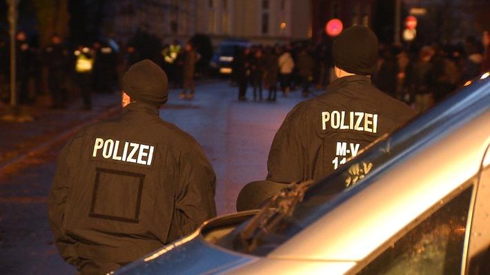 """""""Zwischen den Fronten - Die Polizei am Limit"""": Neue ZDFinfo-Doku und """"Info-Stammtisch"""" über gelungene und gescheiterte Integration von Flüchtlingen"""