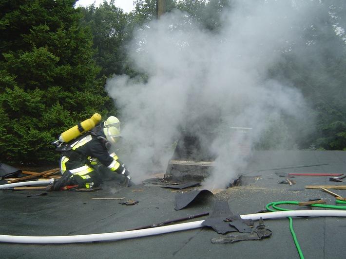 FW-E: Bredeney, Rüttelskamp 55, 05.22 Uhr Brand eines Flachdaches