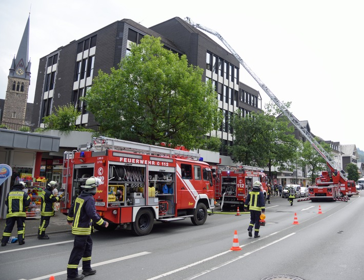 FW-OE: Rauchentwicklung aus Fahrstuhlschacht - zwei Personen vorsorglich ins Krankenhaus gebracht
