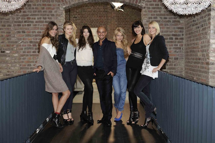 Sechs Mädchen, ein Model-Experte, zwei Verliebte und ein neues Baby