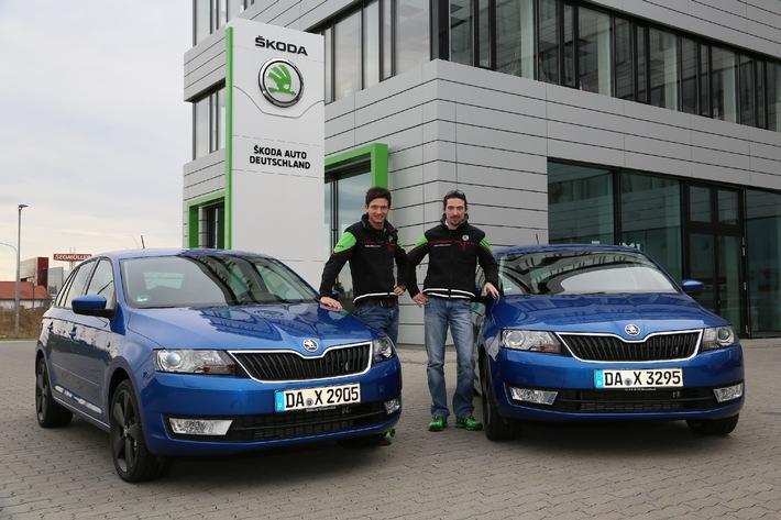 SKODA Werksfahrer Sepp Wiegand und Frank Christian freuen sich über Rapid Spaceback