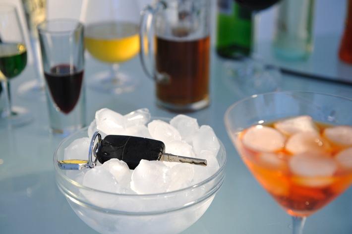 Auto fahren und Alkohol passen nicht zusammen / Alkohol kann Versicherungsschutz kosten - Beifahrer: Mitverschulden möglich - auch Rad fahren schützt vor Strafe nicht