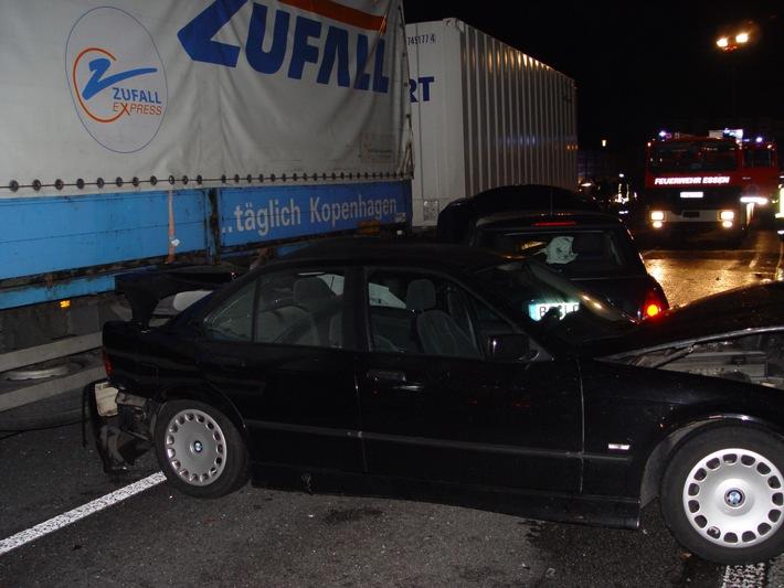 FW-E: Verkehrsunfall auf der A 40 mit drei PKW und einem LKW