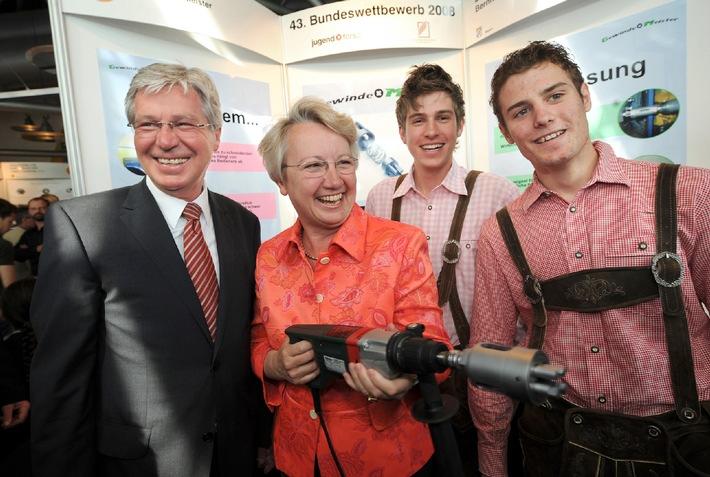 Bundesbildungsministerin Schavan ehrt Jugend forscht Sieger 2008