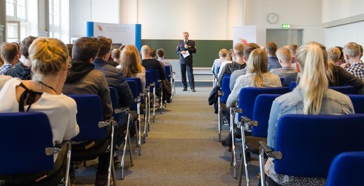 Direktor Dieter Buskohl begrüßte die neuen Nienburger Studierenden