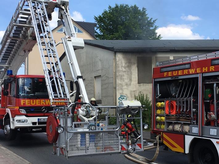 FW-HAAN: Feuer in leerstehender Halle an der Feldstraße