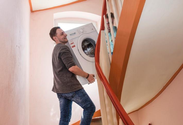 Umziehen - mehr als Möbelschleppen / Eine Haftpflichtversicherung schützt, wenn beim Wohnungswechsel nicht alles rundläuft
