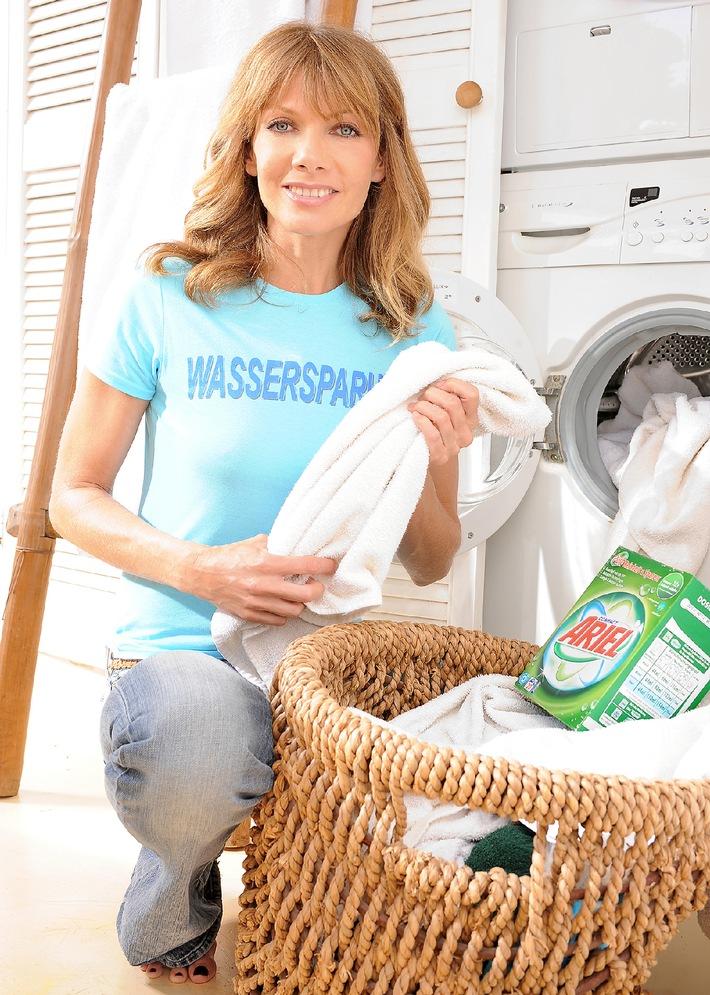 Ariel und Ursula Karven suchen Wassersparhelden / Die sympathische Schauspielerin setzt ihr Engagement für nachhaltiges Verhalten beim Waschen im Rahmen der großen Ariel Wassersparkampagne fort