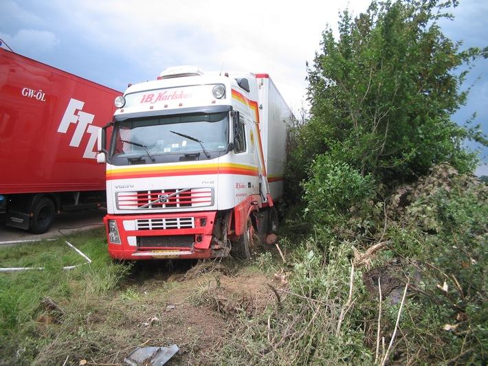 POL-HI: Sattelzug kommt von der Fahrbahn ab - Fahrer leichtverletzt