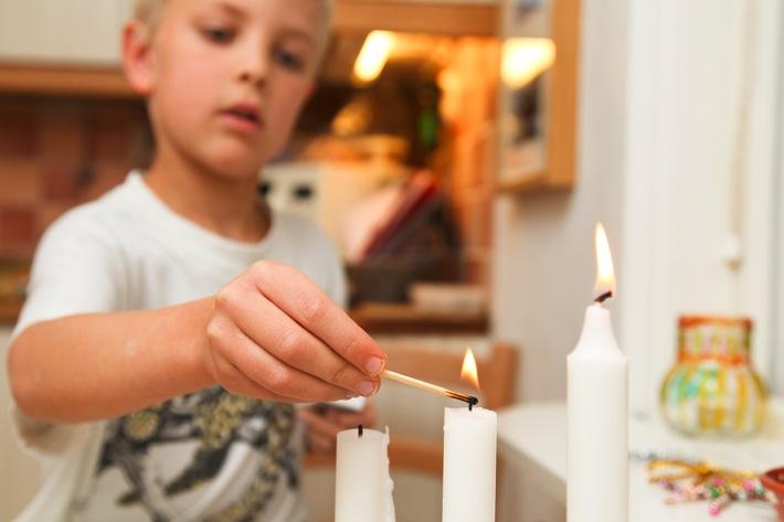 Alle Jahre wieder: Mit Kindern den sicheren Umgang mit Kerzen üben