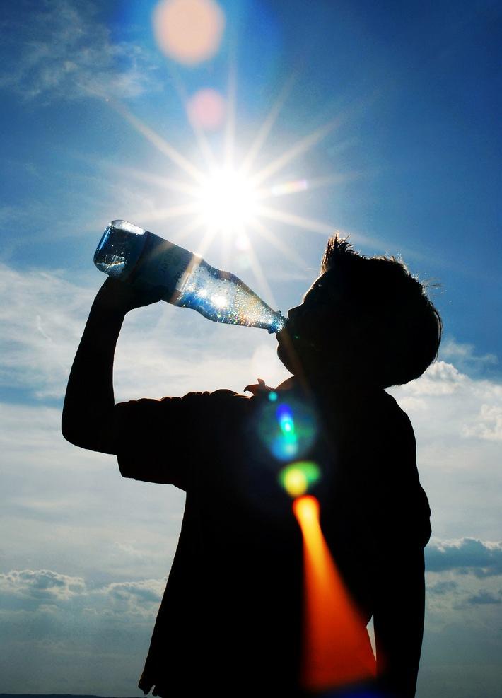 Wenn sich die Sonne von ihrer besten Seite zeigt: Durstlöscher Mineralwasser