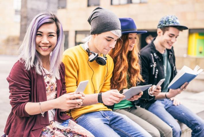 Smartphone-Sucht wächst: 25% der Millennial-Generation verbringen mehr als 5 Stunden täglich / Laut neuer Verbraucherstudie von B2X fühlen sich ein Viertel ohne ihr Smartphone frustriert oder traurig