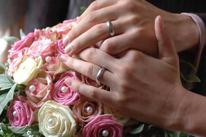 Tipps für den Alltag (mit Bild) / Nach der Heirat Geld sparen / Versicherungscheck hilft Doppelversicherung zu vermeiden