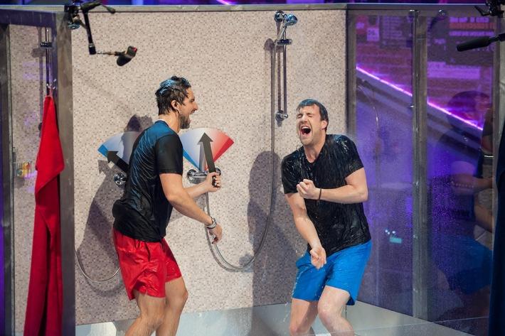 """Heißkalte Wasserspiele: Luke Mockridge singt mit Tom Beck unter der Dusche in """"LUKE! Die Woche und ich"""" am Sonntag in SAT.1"""