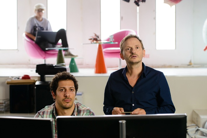 Erste Fotos zu IRRE SIND MÄNNLICH - Constantin Film bringt die Komödie mit Fahri Yardim & Milan Peschel ins Kino