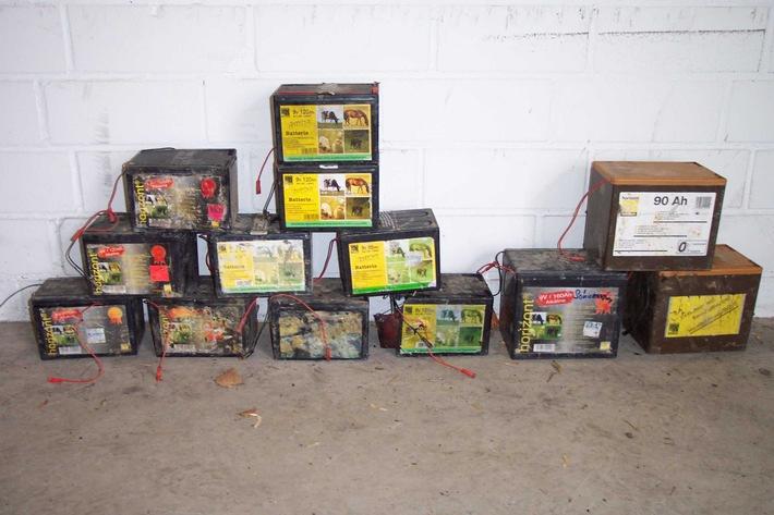 POL-HI: Umweltgefährdende Abfallbeseitigung - Unbekannte entsorgen 13 Weidezaunbatterien in der Feldmark