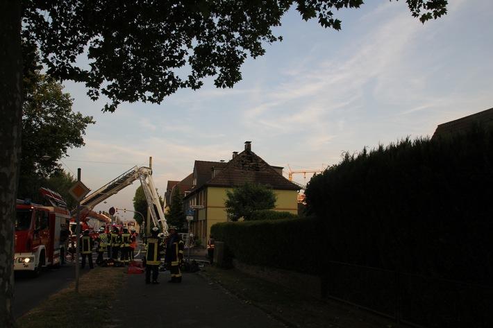 FW Mettmann: Dachstuhlbrand in einem Einfamilienhaus