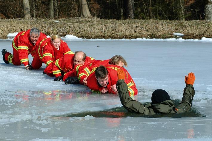 Umso dünner das Eis desto grö�er die Gefahr / Die DLRG warnt vor zu frühem Gang auf gefrorene Gewässer