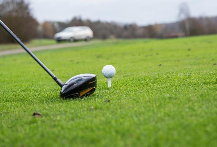 Wann muss Golfer zahlen? / Ungewöhnliche Flugbahn: Golfball trifft Heckscheibe - ohne Verschulden keine Haftung