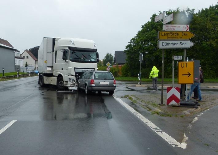 Bei der Frontalkollision mit dem Lkw zog sich die Autofahrerin einen Schock zu.