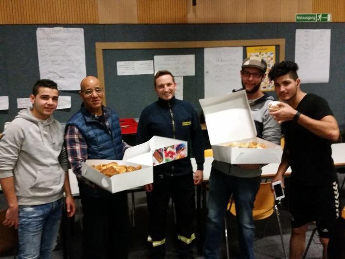 FW-D: Feuerwache Flingern überrascht Flüchtlinge mit Kuchen