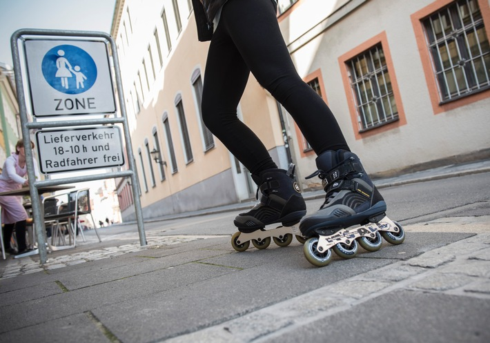 Skaten: Vorsicht ist besser als Nachsicht / Inlineskater gehören zu den Fußgängern - in der Regel müssen sie mit Schrittgeschwindigkeit auf Bürgersteigen fahren