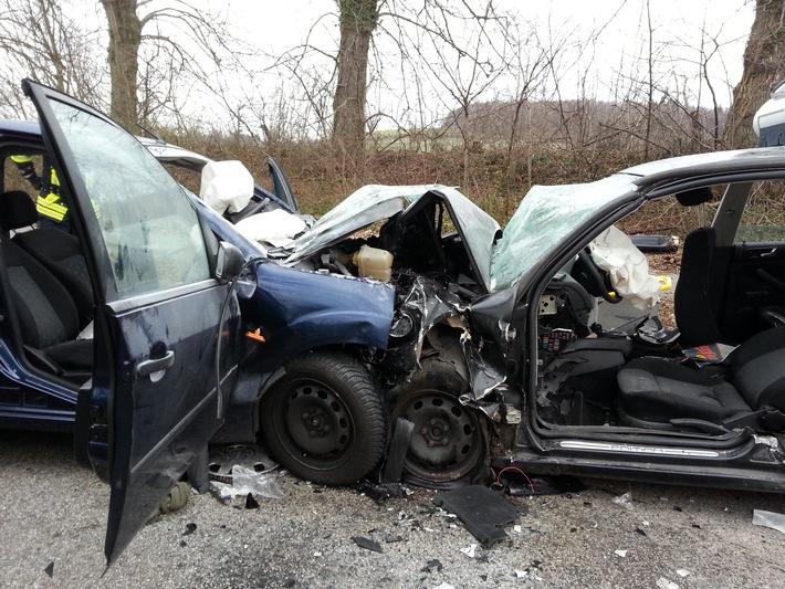FW-PLÖ: Bei einem Frontalzusammenstoß zweier PKW auf der B 202 in Höhe Klamp, Kreis Plön wurden drei Personen lebensgefährlich verletzt.