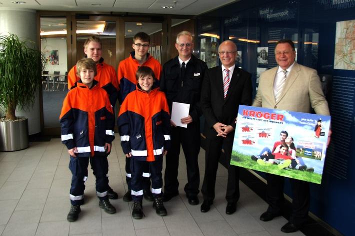 FW-E: SauberZauberer werden belohnt, Jugendfeuerwehr Borbeck erhält einen Gutschein für ihr ehrenamtliches Engagement, Oberbürgermeister Reinhard Paß bedankt sich bei allen Helfern