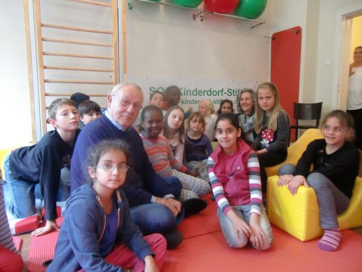 Geht ein Stifter stiften? Armin Maiwald, Schirmherr der SOS-Kinderdorf-Stiftung, klärt mit Kindern die Bedeutung der Redewendung