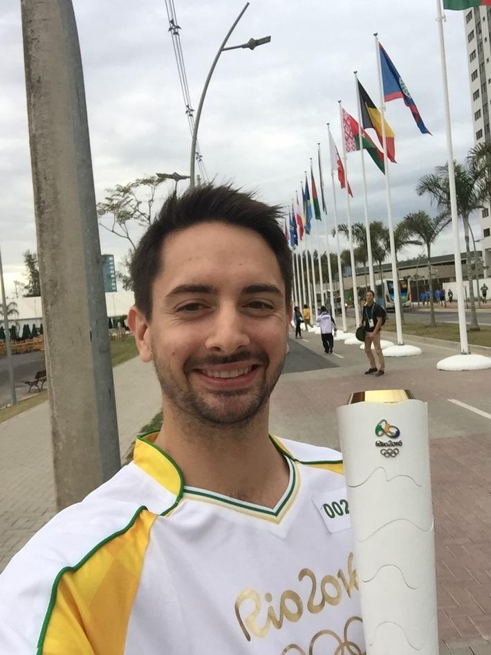 Stolzer Fackelträger in Rio: Matyas Szabo, Säbelfechter und Studierender der Hochschule Fresenius, ist Feuer und Flamme