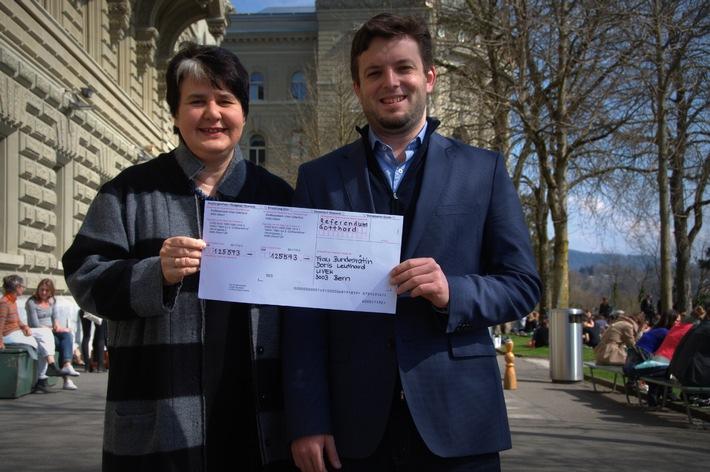 Ein Referendum ist nicht gratis - der Verein «Nein zur 2. Gotthardröhre» stellt Rechnung an Doris Leuthard