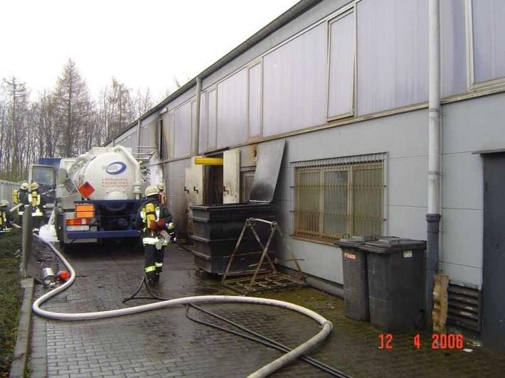 FW-E: Brennender Tankwagen - Übergriff auf Produktionshalle
