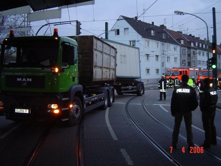 FW-E: LKW-Anhänger unter Brücke verkeilt