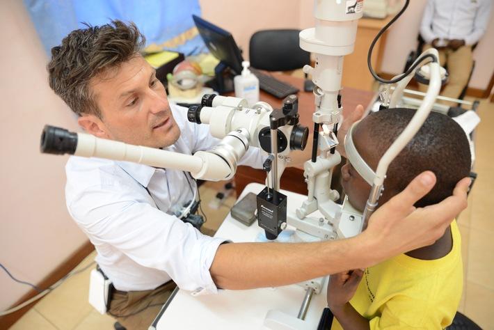 Schweizer Augenchirurg bewahrt in Uganda Menschen vor Erblindung